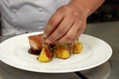 El detalle de la comida de Decorating Traditional Peruvian del cocinero llamó a Chicharron de Panceta de Cerdo fotos de archivo libres de regalías