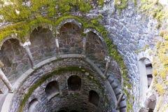 El detalle de la escalera espiral vieja va abajo Sintra, Quinta da Regaleira Fotos de archivo libres de regalías