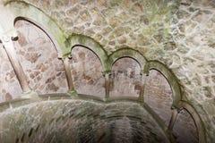 El detalle de la escalera espiral vieja va abajo Sintra, Quinta da Regaleira Foto de archivo