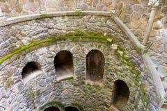El detalle de la escalera espiral vieja va abajo Sintra, Quinta da Regaleira Foto de archivo libre de regalías