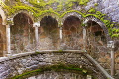 El detalle de la escalera espiral vieja va abajo Sintra, Quinta da Regaleira Fotografía de archivo