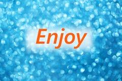 El detalle de la palabra goza en un fondo azul borroso brillante stock de ilustración