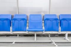 El detalle de la silla de la reserva y el personal entrenan el banco en estadio del deporte Imagen de archivo