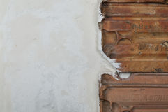 El detalle de la textura sucia blanca de la pared con las tejas de tejado stucco las paredes y las tejas del rojo del vintage Fotografía de archivo libre de regalías