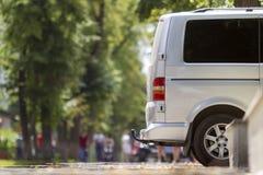 El detalle de la vista lateral de la furgoneta de lujo del microbús de la talla media blanca del pasajero parqueó en el pavimento imágenes de archivo libres de regalías