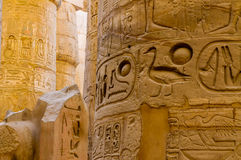 El detalle de las columnas en el templo de Karnak en Luxor, Egipto Foto de archivo