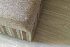 El detalle de un beige moderno texturizó el sofá en sala de estar en de madera fotos de archivo libres de regalías