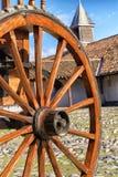 El detalle de un de madera viejo rueda adentro la yarda Fotografía de archivo