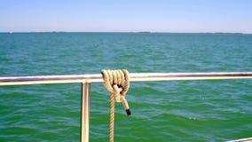 El detalle de un nudo rodó alrededor la protección de un barco, navegación de la seguridad de la costa de la región del delta del metrajes