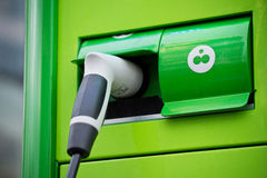 El detalle de verde enchufa para los coches fotografía de archivo