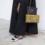 El detalle del bolso y los zapatos en el ` s de Milan Men forman semana Foto de archivo
