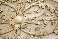 El detalle del escudo romano antiguo talló en piedra Foto de archivo