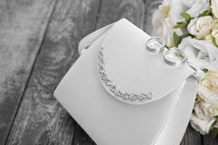El detalle del primer de novias empaqueta, los anillos de bodas y el ramo nupcial o Foto de archivo libre de regalías