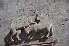 El detalle exterior del león y el toro excavan el monasterio de Geghard Imágenes de archivo libres de regalías
