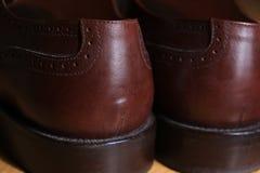 El detalle trasero de la visión de un par de abarca de cuero marrón clásica calza mostrar los talones Imagenes de archivo