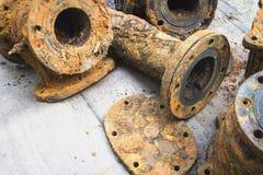 El detalle y la textura del abastecimiento de agua de acero oxidado instalan tubos Fotos de archivo