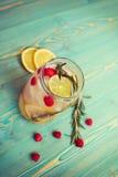 El detox de restauración riega con las frutas en tarro en la tabla de madera Fotos de archivo libres de regalías