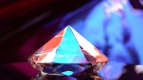 El diamante brilla intensamente con puntos culminantes porque es polifacético y transparente almacen de metraje de vídeo