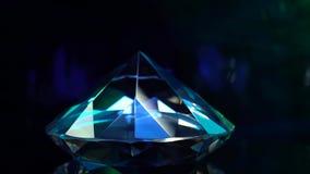 El diamante es de giro y que riela con color azul Fondo negro almacen de metraje de vídeo