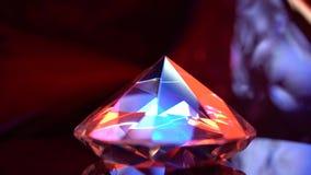 El diamante es de giro y que riela con color rojo y azul metrajes