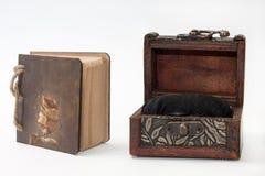 El diario retro antiguo limita con la cuerda y el pecho de madera Imagenes de archivo