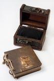 El diario retro antiguo limita con la cuerda y el pecho de madera Imagen de archivo libre de regalías