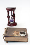El diario retro antiguo limita con la cuerda y el reloj de arena con ri de oro Imagenes de archivo