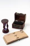 El diario retro antiguo limita con la cuerda y el reloj de arena con ri de oro Fotos de archivo libres de regalías