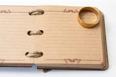 El diario retro antiguo limita con la cuerda y y el anillo de compromiso Imagen de archivo