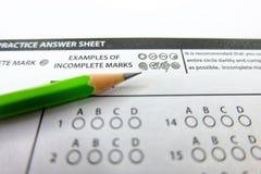 El dibujo de lápiz verde seleccionó la opción en las hojas de respuesta, mornin foto de archivo libre de regalías
