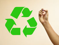 El dibujo de la mano recicla símbolo Foto de archivo libre de regalías