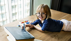 El dibujo de la pizarra del niño relaja concepto del ocio foto de archivo libre de regalías