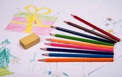 El dibujo de los niños con los lápices coloreados Fotografía de archivo libre de regalías