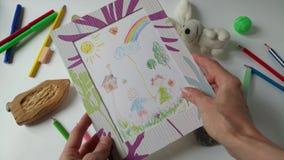 El dibujo de los niños de la visión de la mujer adulta almacen de video
