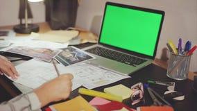 El dibujo del diseñador cambia las dimensiones en el diseño de proyectos almacen de metraje de vídeo