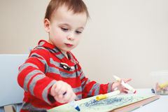 el dibujo del niño del muchacho con color dibujó a lápiz a los marcadores en el papel en álbum Imagen de archivo libre de regalías