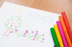 El dibujo del niño en el papel y los marcadores Fotografía de archivo