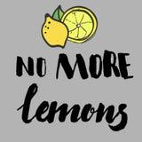 El dibujo a pulso de un limón con una hoja acompañada con una mano puso letras a la frase, no más de limones Imagen de archivo