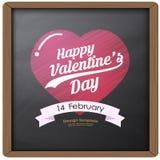 El dibujo y el corazón felices de la tipografía del día de San Valentín en fondo de la pizarra texturizan estilo retro del vintag Fotografía de archivo libre de regalías