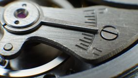 El diente rueda adentro viejos trabajos mecánicos del reloj del mecanismo almacen de metraje de vídeo
