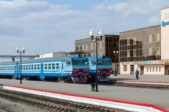 El diesel entrena en las maneras de estación de tren en Mogilev, Bielorrusia imágenes de archivo libres de regalías