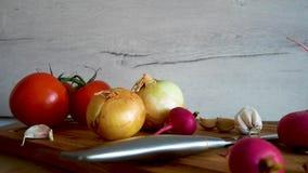 El diferente tipo de verduras frescas se muestra en la tabla de cocina almacen de video