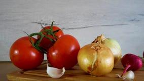 El diferente tipo de verduras frescas se muestra en la tabla de cocina metrajes