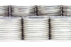 El dinero acuña el aislante de la pila en el fondo blanco Foto de archivo