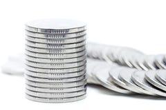 El dinero acuña el aislante de la pila en el fondo blanco Imágenes de archivo libres de regalías