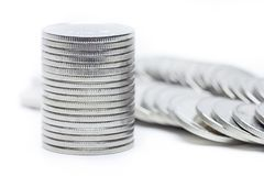 El dinero acuña el aislante de la pila en el fondo blanco Imagen de archivo