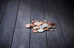 El dinero de la pila acuña el fondo Imágenes de archivo libres de regalías
