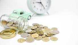 El dinero del ahorro en la botella para aprovecha la inversión futura Imágenes de archivo libres de regalías