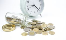 El dinero del ahorro en la botella para aprovecha la inversión futura Fotografía de archivo