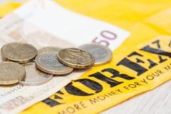 El dinero del billete de banco 50 euros y los centavos euro de las monedas está después del excha foto de archivo libre de regalías